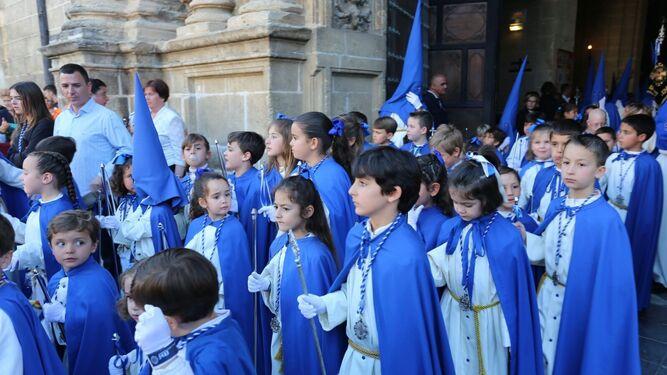 Muchos niños y niñas participancada año en la procesión de la Oración en el Huerto.