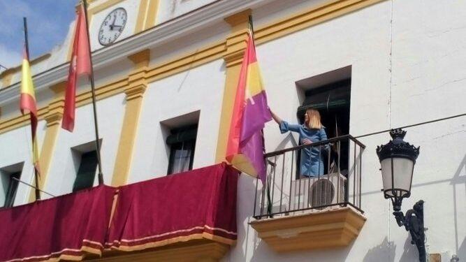 El Ayuntamiento de Trebujena desafía la orden de retirada de la bandera republicana Primera-teniente-Trebujena-republicana-Ayuntamiento_1126698168_67381457_667x375