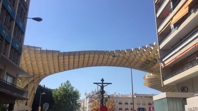 El Cristo de la Sed, pasando por las características 'setas' de la plaza de la Encarnación sevillana.