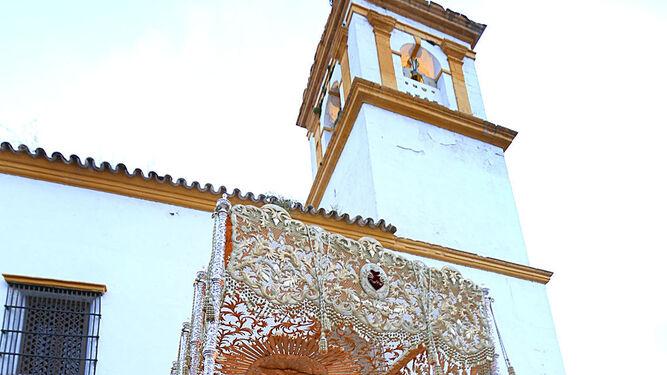 El palio de los Dolores comienza su recorrido por las calles de Chiclana.
