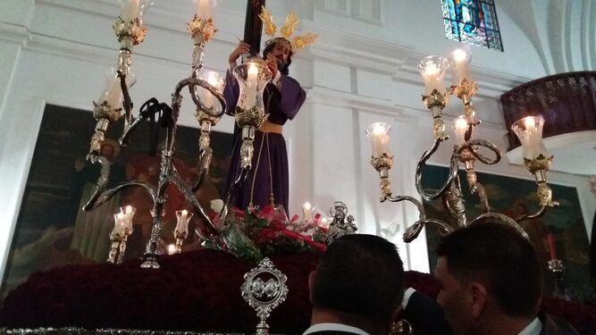 La imagen de Jesús Nazareno de Barbate, conocido como El Ardero, minutos antes de salir en procesión desde la parroquia de San Paulino.