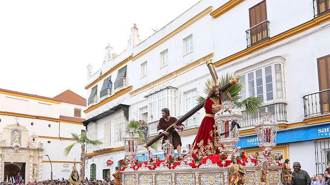 El paso del Nazareno procesiona entre un numeroso público en la plaza que lleva su nombre.