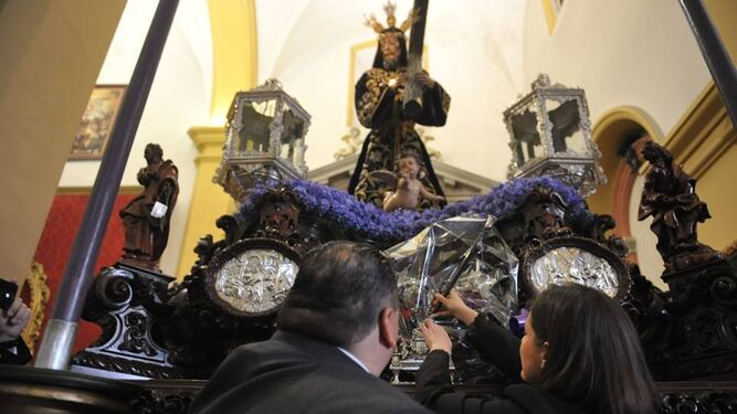 La alcaldesa y el hermano mayor del Nazareno depositan a los pies del Nazareno el bastón del Regidor Perpetuo.