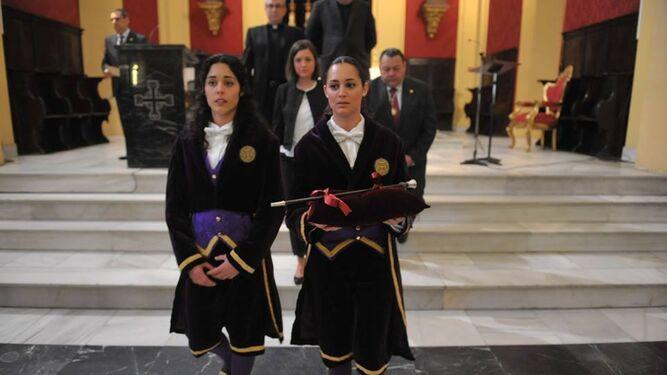 Un momento de la ceremonia que se lleva a cabo todos los años en la Iglesia Mayor en la mañana del Jueves Santo.