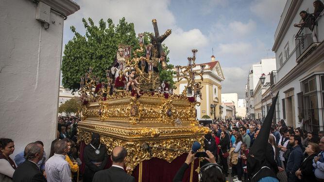 El paso de misterio de la Misericordia saliendo de la Pastora, un momento único de la tarde del Jueves Santo.