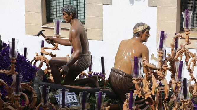 Los sayones Barrabás y Martillo han vuelto este año al paso de misterio.