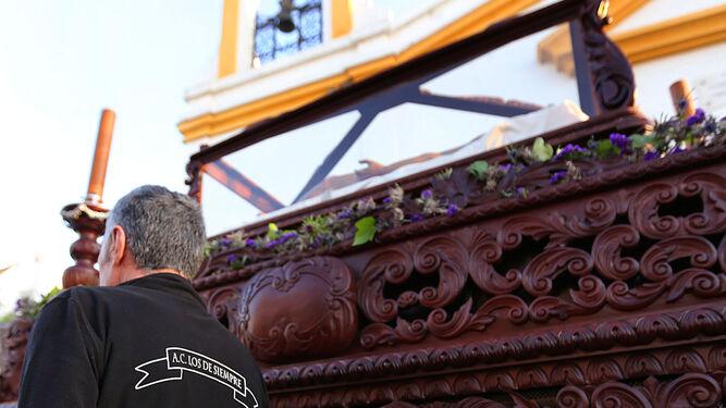 Detalle de la cuadrilla de cargadores que portó ayer el paso del Santo Entierro.