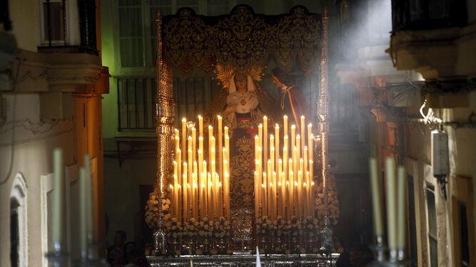 El paso de Jesús de Medinaceli procesiona por la calle Santiago.