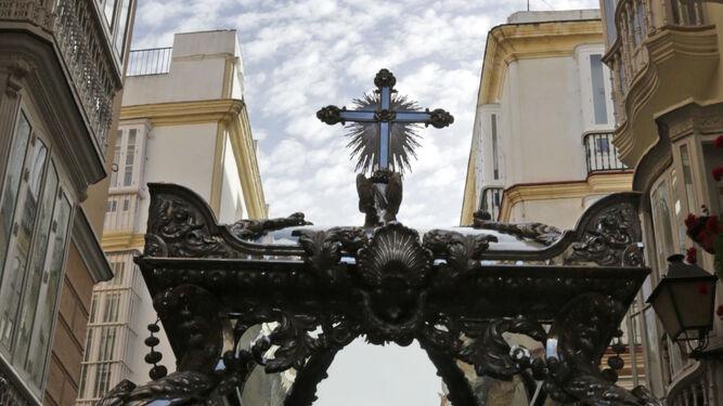 La Sagrada Urna con el Cristo yacente.