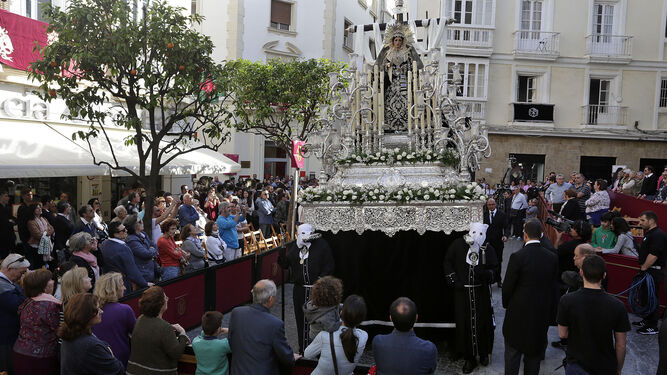La Virgen de la Soledad a su paso por el Palillero.