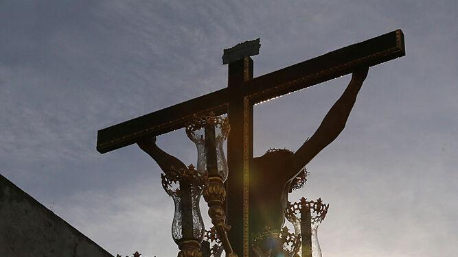 Vista trasera del misterio del Santo Cristo a la luz de la tarde.