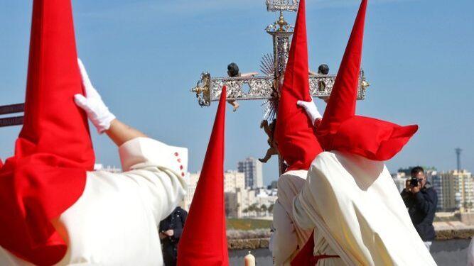 El fuerte viento alteró y deslució levemente la jornada del Domingo de Ramos.