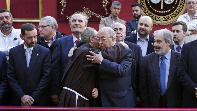 Martín José García recibió el Miércoles Santo el abrazo del franciscano Francisco González y el apoyo de los hermanos mayores en Palillero.