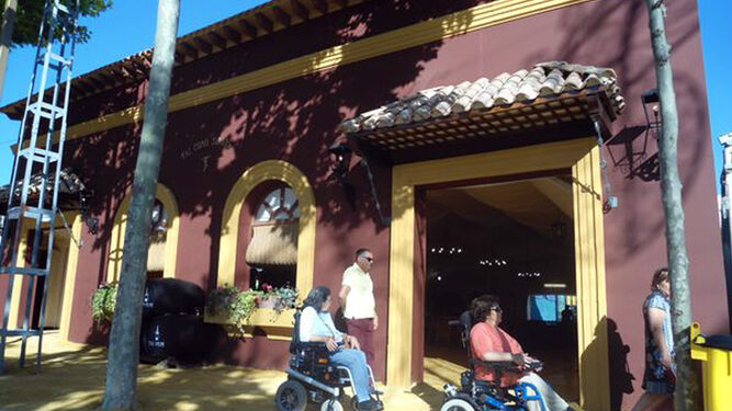 Miembros de la asociación Las Canteras inspeccionan la accesibilidad del recinto ferial.