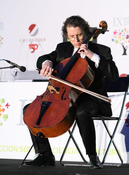Alberto Martos, en un momento de su actuación con violonchelo como solista.