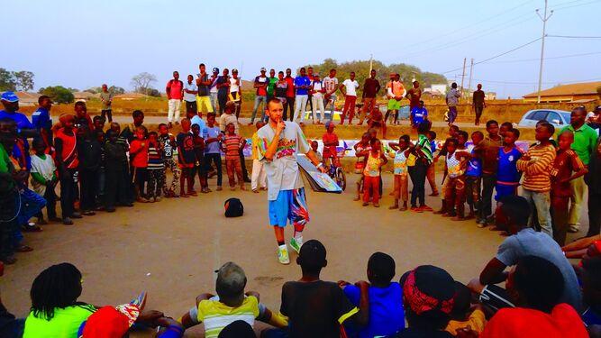 El promotor de la muestra, Toni Rodríguez, en uno de sus viajes, rodeado de gente local.