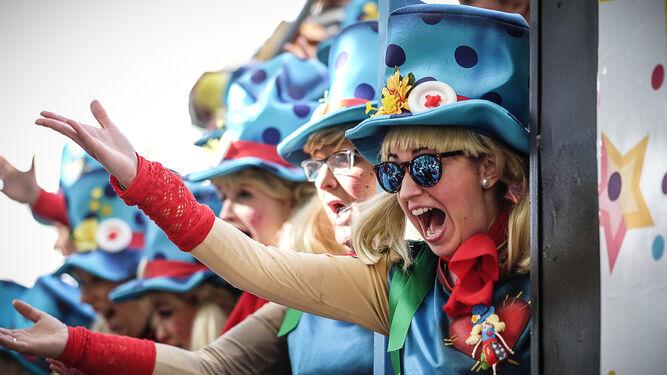 Un grupo de coristas canta desde una batea el pasado Carnaval.