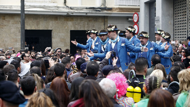 La comparsa de Tino Tovar 'El ángel de Cádiz' cantando en la plaza de El Palillero el pasado Carnaval.