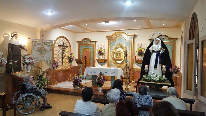 La Virgen del Caído, que hoy estará en besamano, visitó el pasado domingo a las Hermanas de la Cruz.