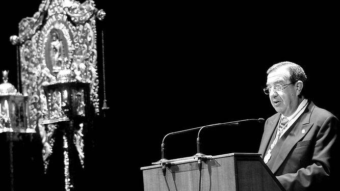 Cerezo en su Pregón de la Semana Santa gaditana de 2002, ante el simpecado de La Palma.