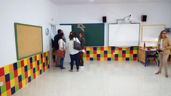 Miembros del equipo de gobierno y de la comunidad educativa recorrieron las aulas que han sido reformadas.