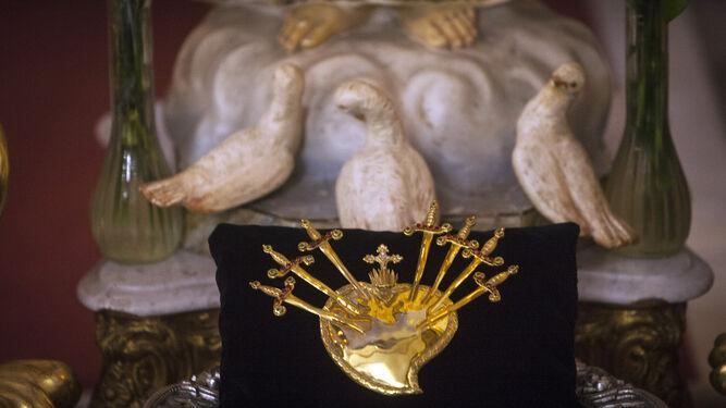El corazón de plata sobredorada que fue robado a Servitas en 1983 y que la orden recuperó el viernes.