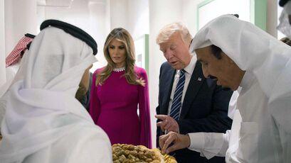Donald Trump y su esposa, Melania, son agasajados ayer en Riad por el rey saudí Salman ben Abdulaziz.
