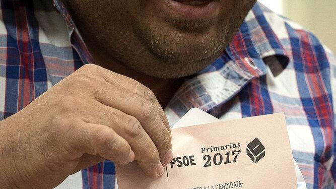 Un militante muestra la papeleta con el nombre de Susana Díaz en la sede de la agrupación del PSOE de Triana.
