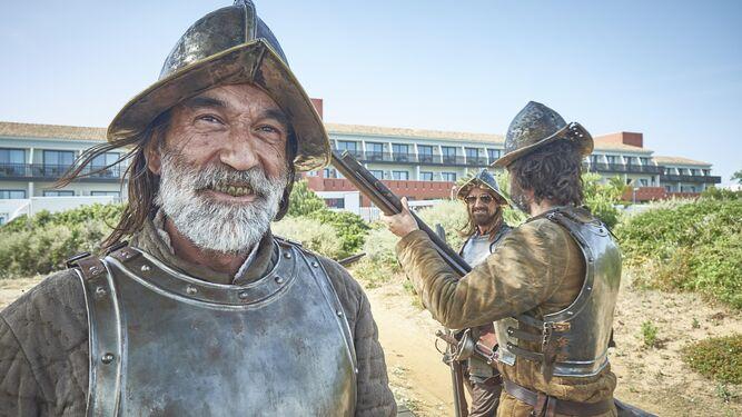 Varios extras caracterizados de soldados de la conquista, en los alrededores del rodaje.
