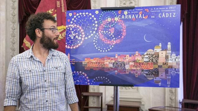 El anterior concejal de Fiestas, Adrián Martínez de Pinillos, muestra el cartel del Carnaval de Cádiz 2017.