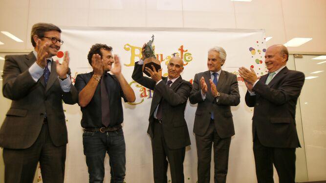 Pepito Martínez levanta la estatuilla en presencia de Jorge Paradela, José María González, Agustín Muñoz y Julio Cuesta.