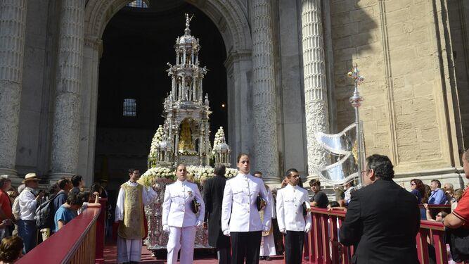 La Custodia del Corpus, saliendo de la Catedral para recorrer las calles de la ciudad.