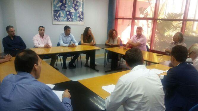 El alcalde y el concejal de Fomento, con los emprendedores responsables de los nuevos proyectos.