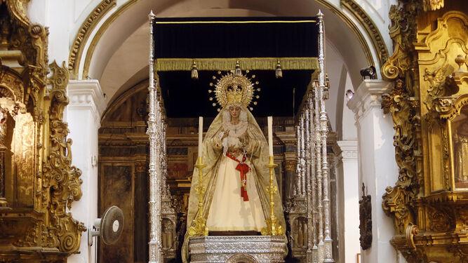 El paso de palio de la Virgen de las Lágrimas, de Piedad, dispuesto hace unos días en Santiago para la procesión del 24 de junio.