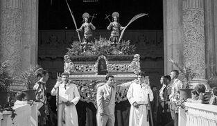 Momento en que el paso de los Patronos salió de la Catedral el domingo de Corpus de 1993.