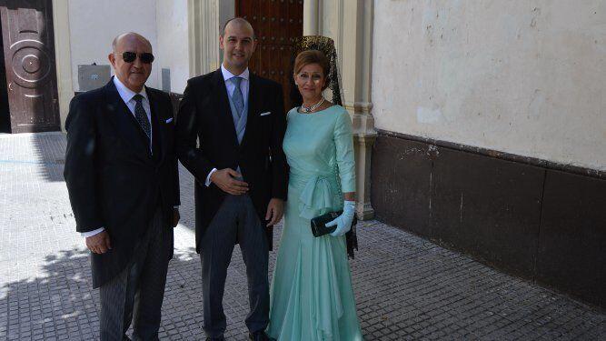 El novio Javier Gómez Lacave con sus padres Pepe Gómez Vela y Charo Lacave Abarzuza.