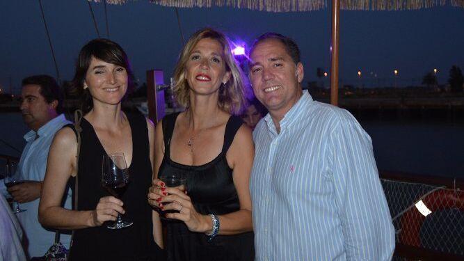 María Villagrán, Ana Lage y Raúl Capdevila, durante el cóctel.
