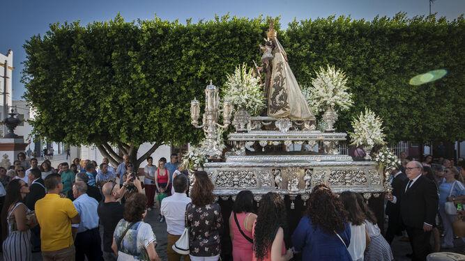 La Virgen del Carmen acompañó la Custodia en su recorrido.