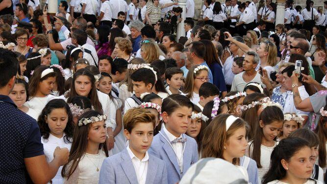 Muchos de los niños y niñas que han recibido este año su primera comunión participaron en el recorrido.