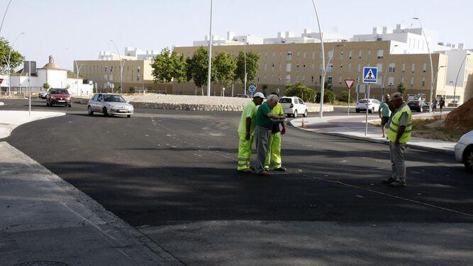 Los trabajos de asfaltado en el entorno de Santa Clara provocaron ayer retenciones en la zona, sobre todo en las horas punta. La principal queja fue la falta de indicaciones alternativas.