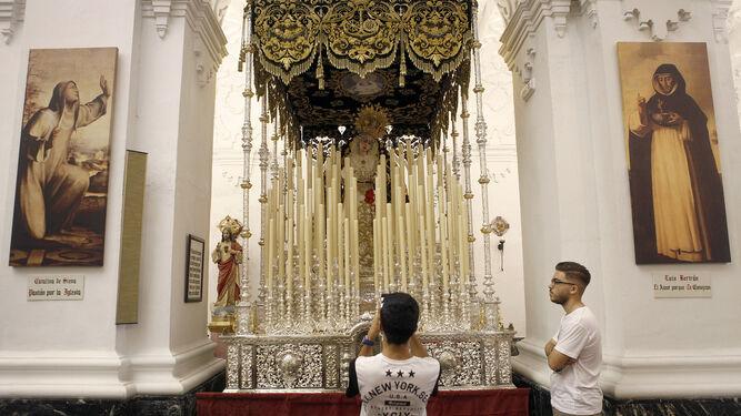 El palio en el que saldrá la Virgen de La Cena, expuesto en Santo Domingo.