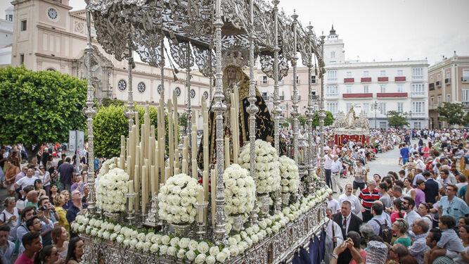 Angustias de Ecce-Homo, sin San Juan y con el manto bordado de Dolores del Nazareno, cruza San Antonio tras pasar por delante de la Patrona.