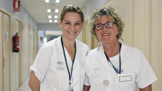 Teresa Muñoz Lucero (derecha) junto a Toñi Cobo en el Hospital de Día Oncológico del Puerta del Mar.