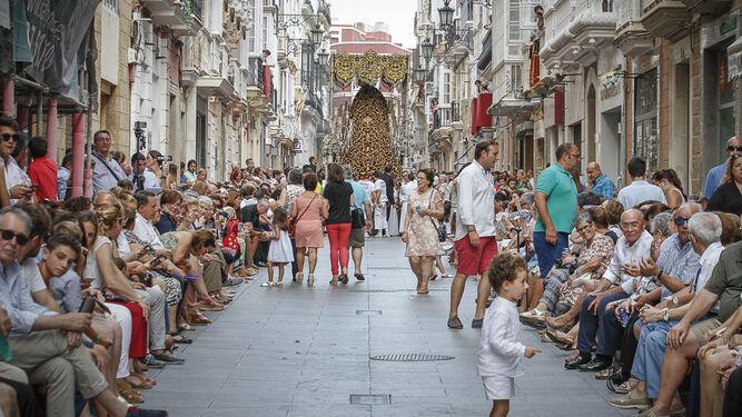 La calle Ancha, con la Virgen de La Cena al fondo, durante la procesión magna del sábado.
