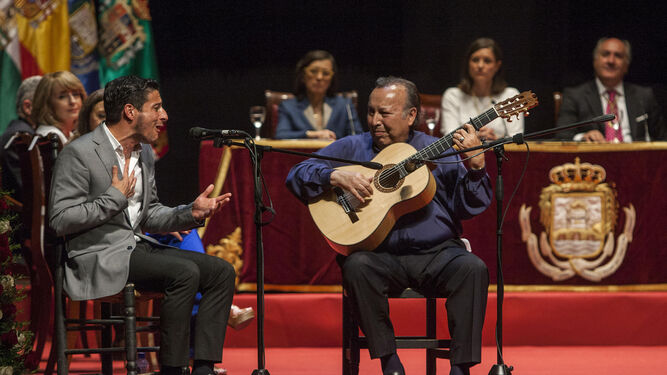 David Palomar y Paco Cepero en uno de los momentos más brillantes que ha deparado el Año Camarón con el hermanamiento entre La Isla y Algeciras.