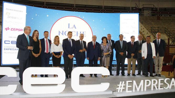 Foto de familia de los empresarios premiados en la gala de la Confederación de Empresarios de Cádiz, junto a algunas de las autoridades asistentes y los patrocinadores del evento.