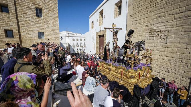 El paso de Las Aguas, con Polillas poniendo la música detrás, en su salida de este año.