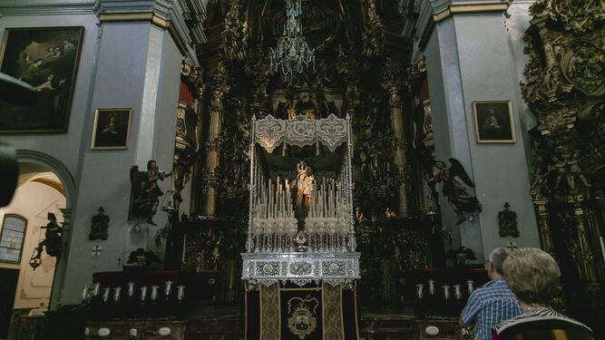 La Virgen del Carmen, en su palio dispuesto ya ayer en el altar mayor.