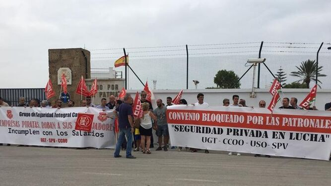 Protesta delante de las instalaciones de Torregorda el pasado martes.