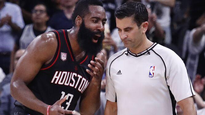 Harden, discutiendo con un árbitro esta temporada